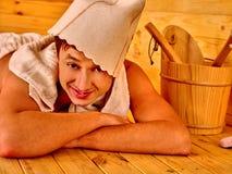 Personnes de groupe dans le chapeau au sauna Photo stock