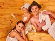 Personnes de groupe dans le chapeau au sauna Image libre de droits