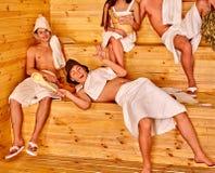 Personnes de groupe dans le chapeau de Santa au sauna Photographie stock