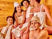 Personnes de groupe dans le chapeau de Santa au sauna Photos stock