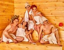 Personnes de groupe dans le chapeau de Santa au sauna Photo libre de droits