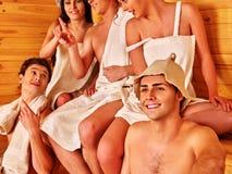 Personnes de groupe dans le chapeau de Santa au sauna Photos libres de droits