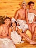 Personnes de groupe dans le chapeau de Santa au sauna Photographie stock libre de droits