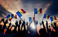 Personnes de groupe ondulant le concept roumain de Lit de drapeaux de retour image stock