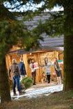 Personnes de groupe préparant la maison de montagne pour la soirée du Nouveau an Image libre de droits