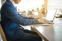 Personnes de jeune entreprise employant l'ordinateur portable et le graphique de gestion estival photos stock
