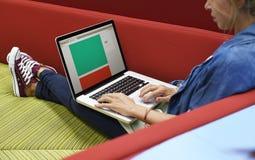 Personnes de jeune entreprise travaillant à l'espace de copie d'ordinateur portable Images libres de droits