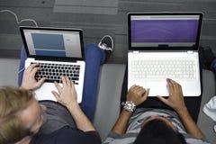Personnes de jeune entreprise travaillant à l'espace de copie d'ordinateur portable Images stock