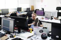 Personnes de jeune entreprise travaillant à l'espace de copie d'ordinateur portable Photo stock