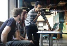 Personnes de jeune entreprise travaillant sur l'ordinateur portable Photographie stock libre de droits