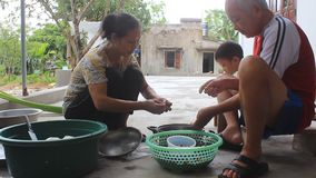 Personnes de l'Asie traitant des escargots pour la nourriture banque de vidéos