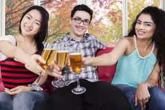 Personnes de métis grillant avec le champagne Photo libre de droits