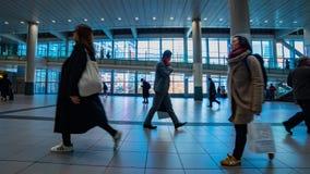 Personnes de marche à la station de Shibuya dans le bourdonnement de timelapse de Tokyo banque de vidéos