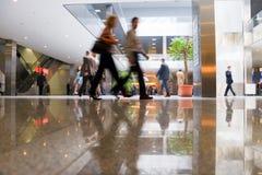 Personnes de marche au centre moderne d'affaires Photo stock