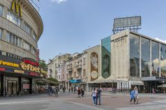Personnes de marche aux rues piétonnières au centre de la ville de Plovdiv, Bulgarie photo stock