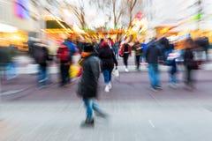 Personnes de marche dans la ville avec l'effet de bourdonnement Image libre de droits
