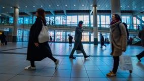Personnes de marche ? la station de Shibuya dans la cuisson de timelapse de Tokyo banque de vidéos