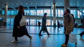 Personnes de marche ? la station de Shibuya dans le bourdonnement de timelapse de Tokyo clips vidéos
