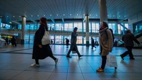 Personnes de marche ? la station de Shibuya dans le timelapse de Tokyo clips vidéos