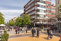 Personnes de marche sur le boulevard Vitosha dans la ville de Sofia, Bulgarie photo stock