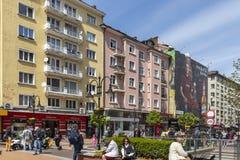 Personnes de marche sur le boulevard Vitosha dans la ville de Sofia, Bulgarie image libre de droits