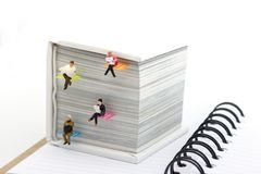 Personnes de miniatures lisant avec le conce de livre, d'éducation ou d'affaires photographie stock
