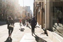 Personnes de NYC/USA le 2 janvier 2018 - marchant sur la rue de New York photos stock
