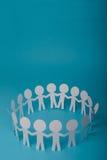 Personnes de papier abstraites se tenant pour des mains Image libre de droits