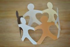 Personnes de papier en cercle tenant des mains - antiracisme et amour Co Image libre de droits