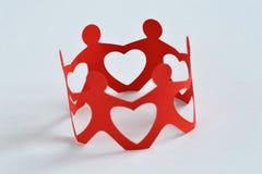Personnes de papier en cercle tenant des mains - conce de travail d'équipe et d'amour Photographie stock