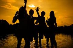Personnes de partie d'été sur la plage Images libres de droits