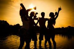 Personnes de partie d'été sur la plage Image libre de droits
