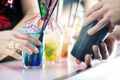 Personnes de partie dans la barre avec des cocktails Photographie stock