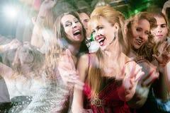 Personnes de partie dansant dans le club de disco Images libres de droits