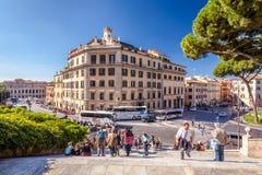 Personnes de personnes marchant les rues et les allées antiques de Rome, Italie Images libres de droits