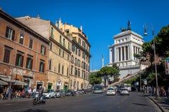 Personnes de personnes marchant les rues et les allées antiques de Rome, Italie Photo stock
