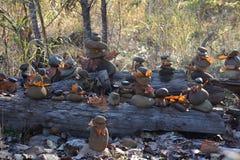 Personnes de roche se dorant au soleil en automne photographie stock libre de droits
