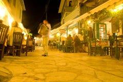 Personnes de scènes de nuit de la Grèce Leucade Agios Nikitas Photographie stock libre de droits