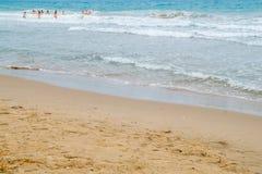 Personnes de se baigner de mer de sable Photo stock