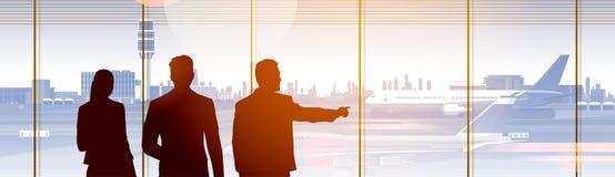 Personnes de silhouette dans l'aéroport attendant Hall Departure Terminal Interior Check dedans Images stock