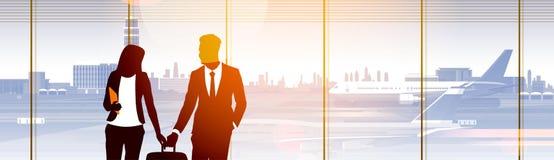 Personnes de silhouette dans l'aéroport attendant Hall Departure Terminal Interior Check dedans Image stock