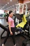 Personnes de sourire chinoises d'Asain s'exerçant dans le gymnase Sports, puissance image libre de droits