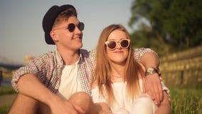 Personnes de sourire et riantes ayant le bon temps dehors le jour chaud d'été Datation, amour, heureux, smlile, lought, parlant C banque de vidéos