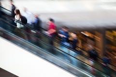 Personnes de tache floue de mouvement sur un escalator Photographie stock