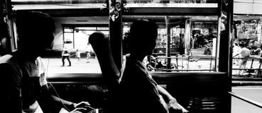 Personnes de tache floue sur l'autobus en Thaïlande Image stock