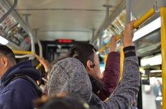 Personnes de travailleur au service retardé par passagers frustrants serré de transit d'autobus de MTA New York City images stock