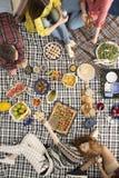 Personnes de Vegan parlant et mangeant Photographie stock