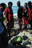 personnes de villageois regardant un trou de coup à côté du rivage de l'océan pacifique image libre de droits