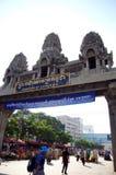 Personnes de voyageur et de Combodian marchant par la frontière au Cambodge image libre de droits