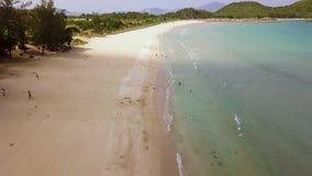 Personnes de vue aérienne nageant sur la plage de paradis Mer bleue de vue de bourdon et plage sablonneuse Vue du bourdon ci-dess banque de vidéos